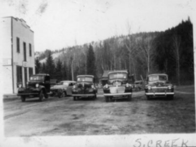 Vehicles in front of Stone Creek Hotel c.1950