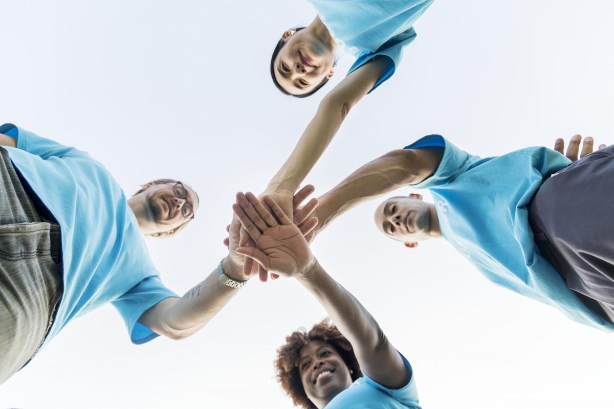 Photo de personnes qui joignent leurs mains toutes ensemble