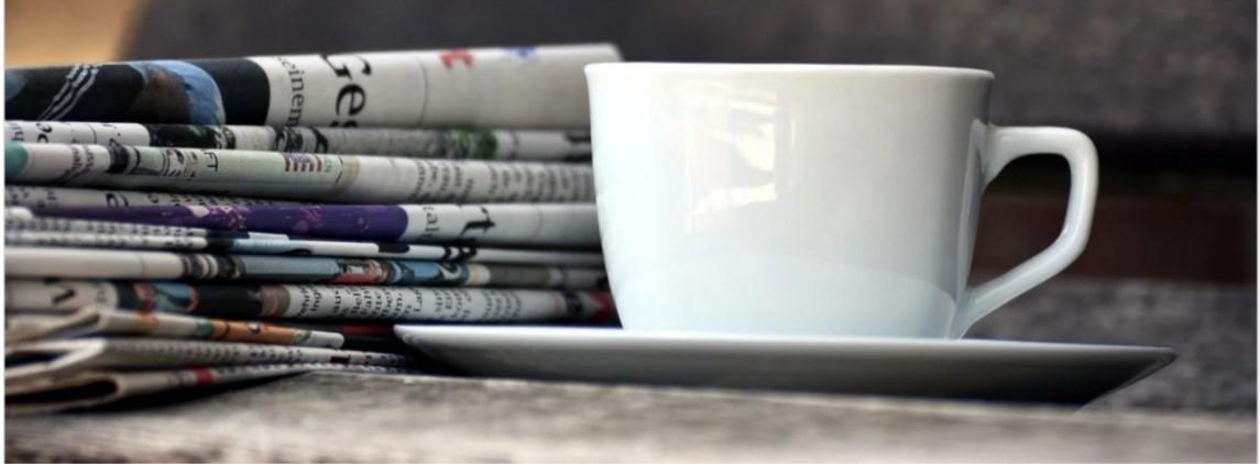 Photo de journaux et d'une tasse de café