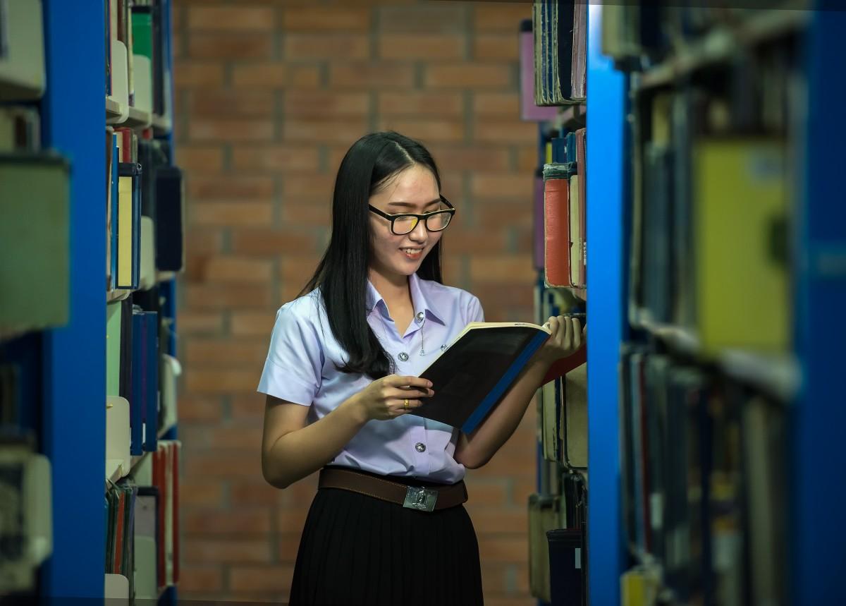 Photo d'une étudiante à la bibliothèque