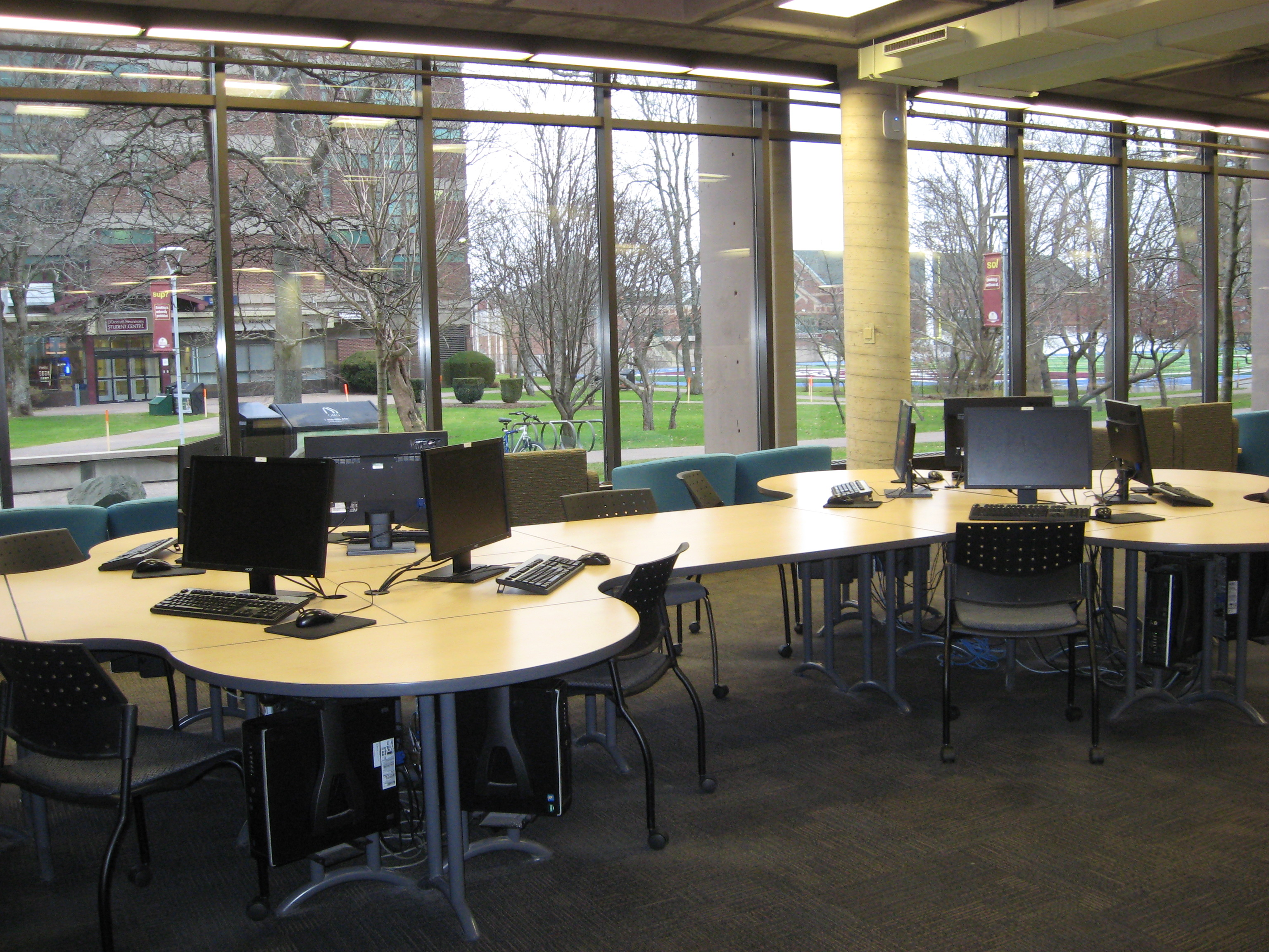 photo of computers in the library