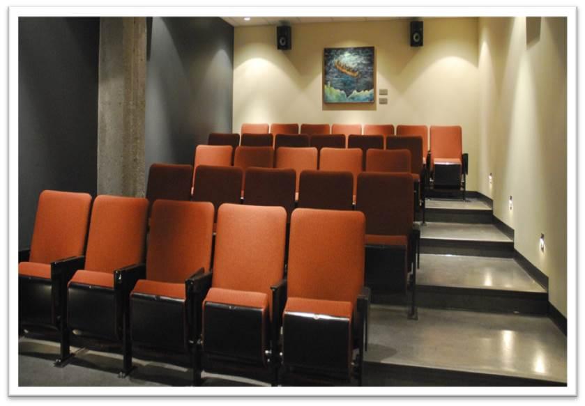 Photographie de la salle montrant les sièges de cinéma